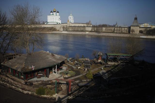 «Изба» с видом на Псковский кремль.
