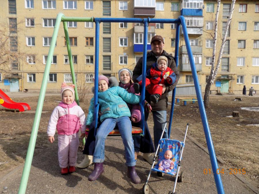 Семья Богдановых во главе с папой на прогулке.