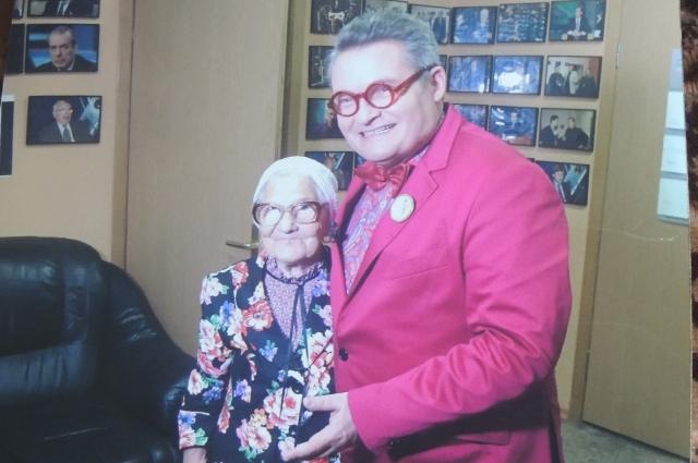 Александр Васильев подобрал для бабушки наряд.