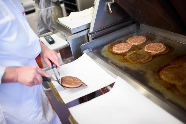 В приготовлении котлет используется два вида мяса.