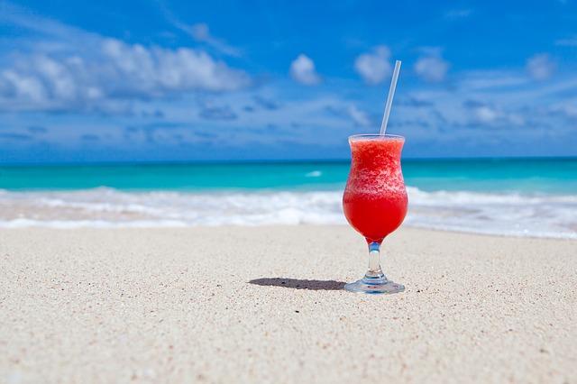 Потягивать любимые напитки через соломинку, лежа на берегу моря - разве может быть отдых лучше?