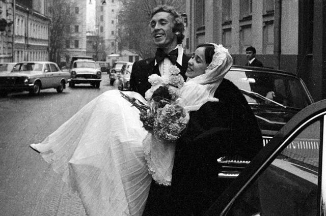 Cолисты балета Государственного академического Большого театра СССР Надежда Павлова и Вячеслав Гордеев после торжественной церемонии бракосочетания.