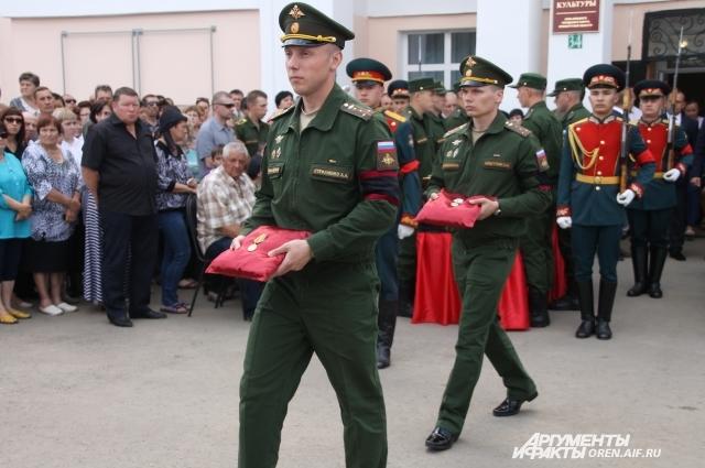 Перед гробом Николая Афанасова несли его боевые награды.