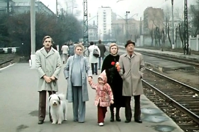 В самом финале среднее и младшее поколения семьи провожают Изольду Тихоновну, уезжающую на поезде к Рождену. Видим платформу Рижского вокзала (Рижская пл., д. 1).