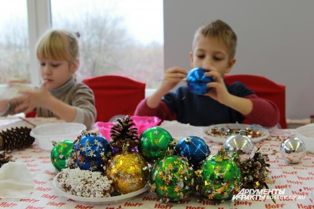 Дети сами готовили игрушки, чтобы их повесить на живую ёлку.