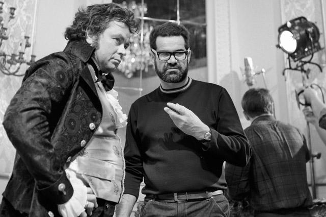 Донатас Банионис, исполняющий роль Гойи, и режиссер кинофильма «Гойя» Конрад Вольф обсуждают рабочий момент съемок.