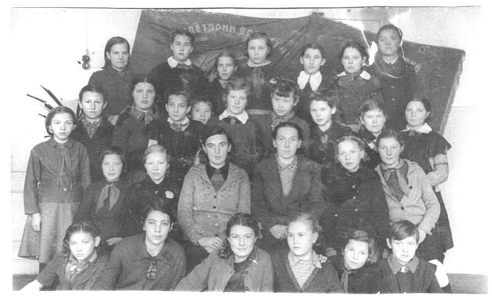 1943 год, 6 класс школы №23. Клава Роговцева в третьем ряду в центре.