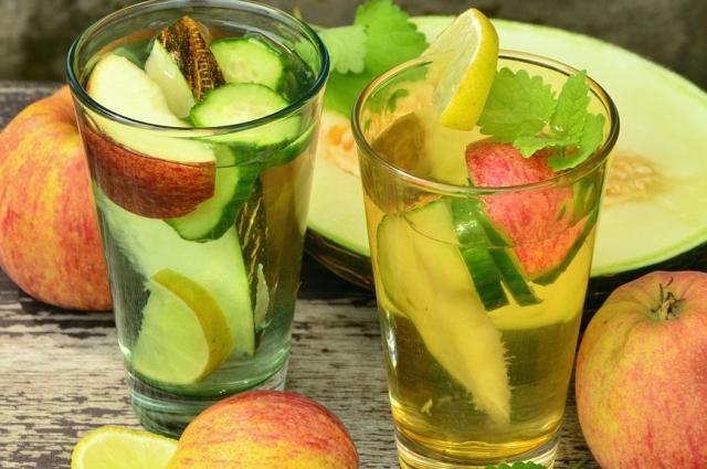 Детокс-коктейль из яблок и корицы готовится за пару минут.