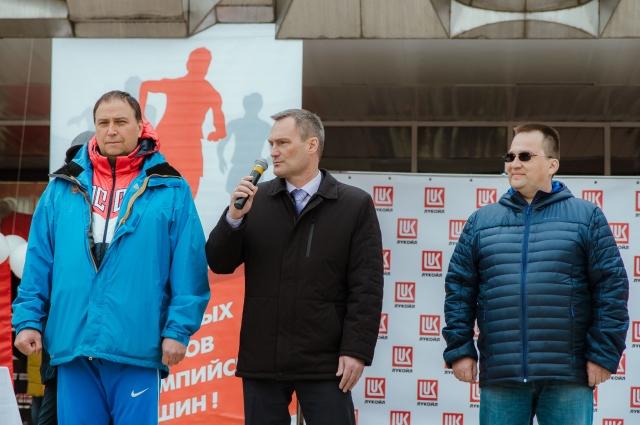 АЛександр Иванов (в центре) и Сергей Андронов (справа) приветствуют участников эстафеты.