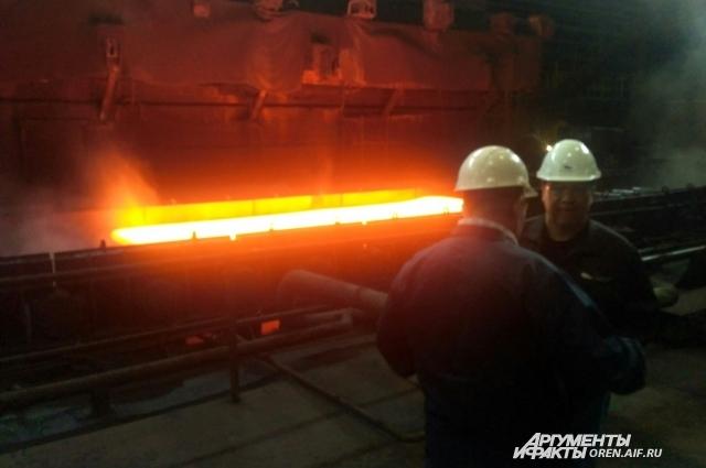 Главе региона показали работу сталелитейного цеха предприятия.