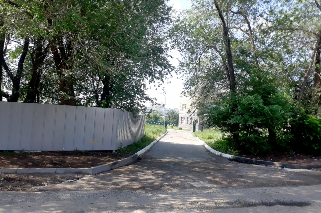 От стройплощадки до территории детского сада меньше 50 метров.