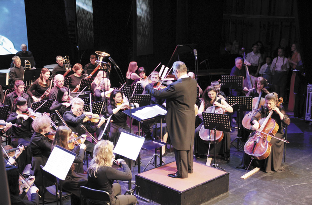 В дело вступает оркестр.