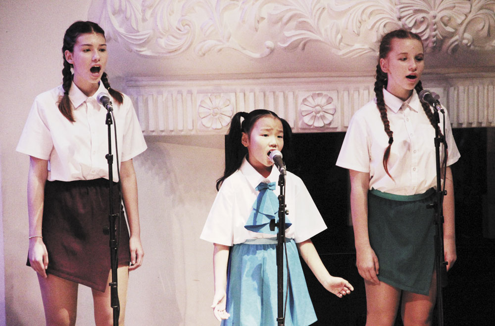 Музыку для поздравлений подхватывают юные певицы.