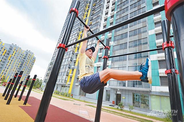 Во дворах новых домов есть детские и спортивные площадки, поля для футбола, волейбола и баскетбола.