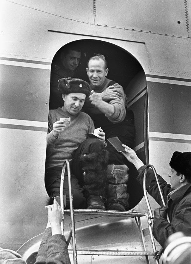 Космонавты Павел Беляев иАлексей Леонов прибыли вгород Пермь после приземления космического корабля «Восход-2» вглухой, заснеженной тайге в200км отгорода.