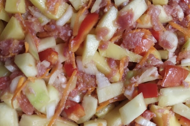 Овощи с мясом нужно перемешать уже в форме для запекания.