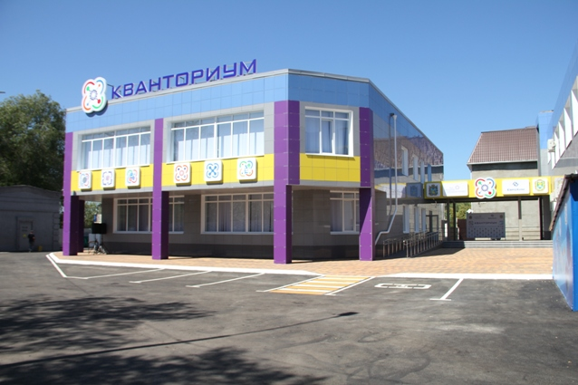 Двухэтажное здание с просторными лабораториями, мастерскими, лекторием и шахматной гостиной оснащено современным оборудованием.