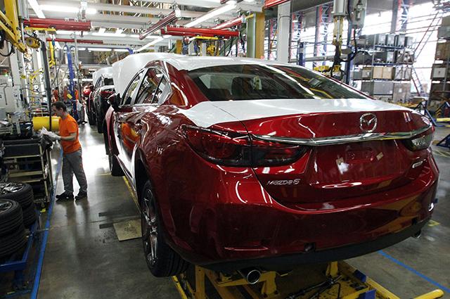 Сотрудники завода работают на линии сборки автомобилей Mazda 6 автозавода «Mazda Соллерс Мануфэкчуринг Рус» во Владивостоке.