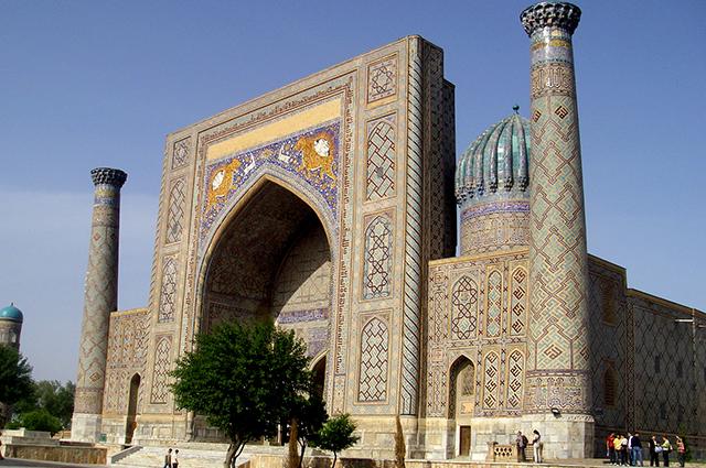 Медресе Шер-Дор на площади Регистан в Самарканде.