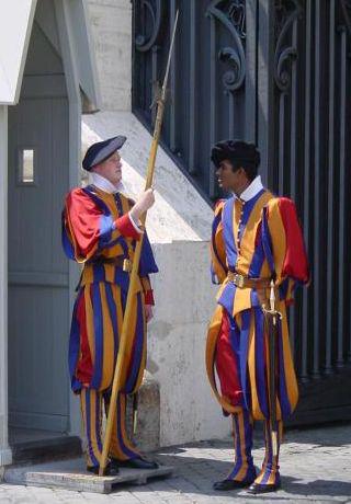 Швейцарские гвардейцы в парадной форме