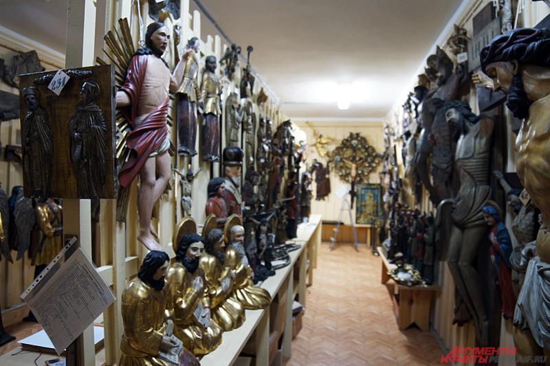 Фонд деревянных скульптур в Пермской художественной галерее.