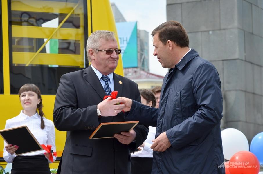 Глава региона Евгений Куйвашев вручил ключи от новых школьных автобусов.