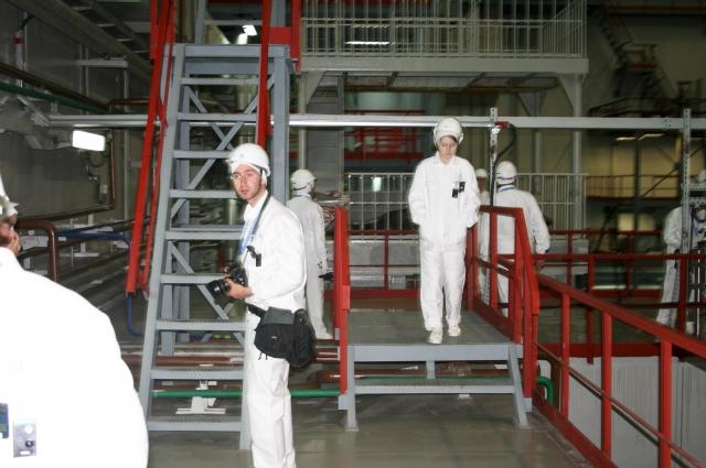 После получасового нахождения в непосредственной близости к реактору, журналистов многократно проверили на предмет радиации.