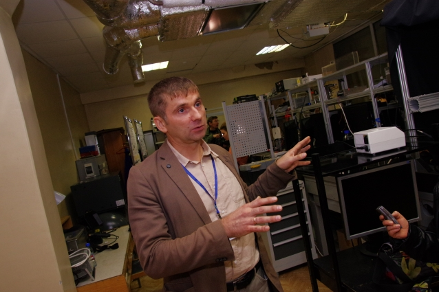 Дмитрий Зайцев демонстрирует космические эксперименты на Земле.