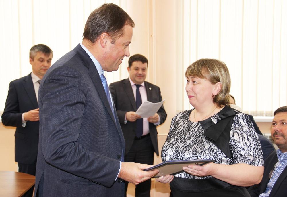 Игорь комаров вручил награды сотрудницам ММЗ.