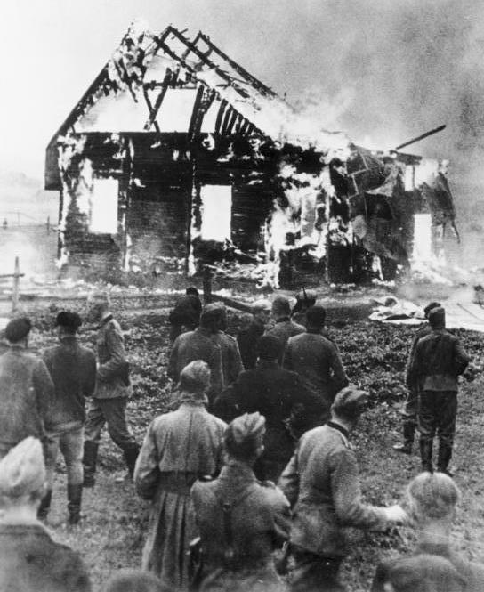 Сожжение синагоги в Литве немцами и литовскими полицаями.