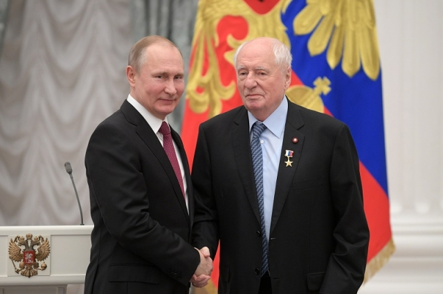 Владимир Путин и Марк Захаров на церемонии вручения медалей «Герой Труда Российской Федерации».