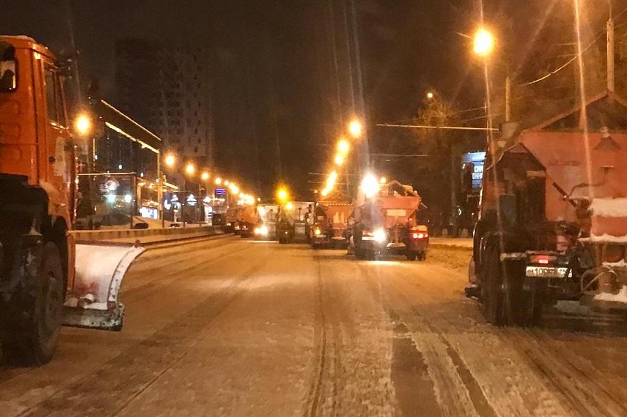 Более 200 единиц коммунальной техники было привлечено к расчистке дорог.