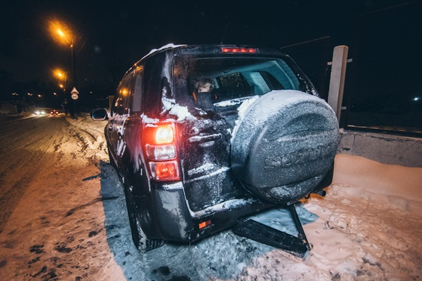 У Volkswagen незначительно пострадала передняя часть, а у Suzuki помялась задняя маска автомобиля.