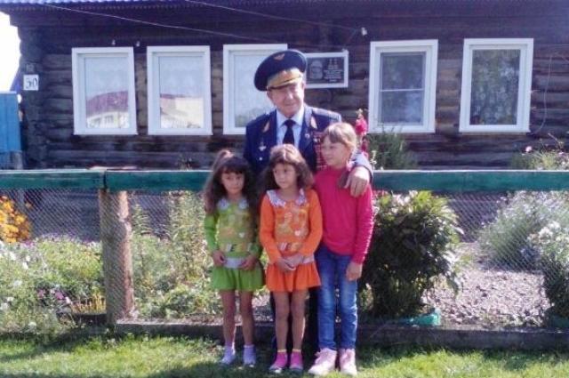 Алексей Леонов вел себя по-простому, фотографировался с детьми.