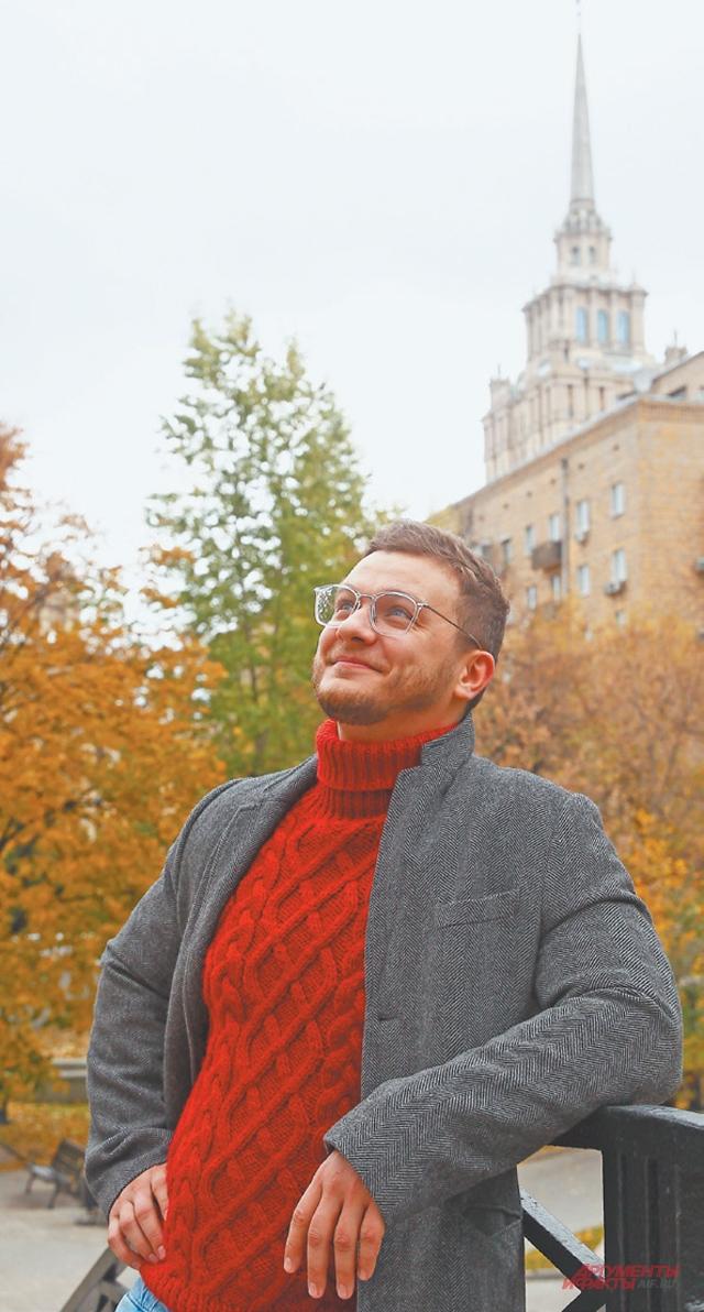 Актёр Филипп Бледный у своего дома на Кутузовском проспекте.