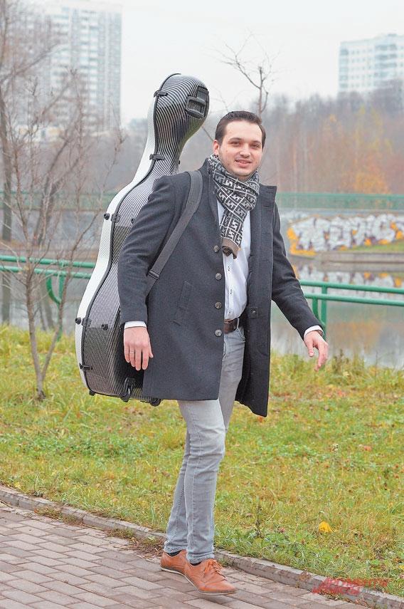 Обычно пешком синструментом музыкант не передвигается, но длягазеты «Мой район» сделал исключение.