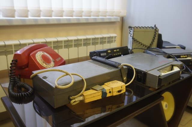 Среди экспонатов – рации для связи с водителем и автопарком.