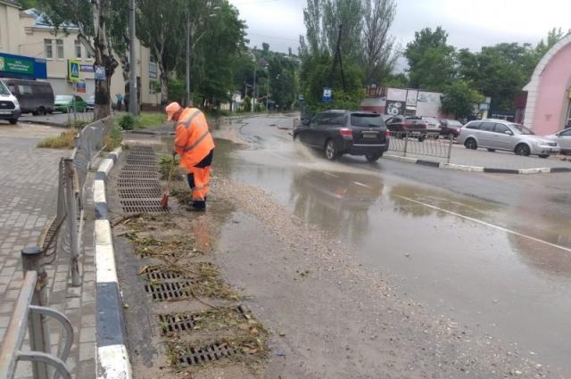 Коммунальные и дорожные службы борются с последствиями непогоды в Севастополе.