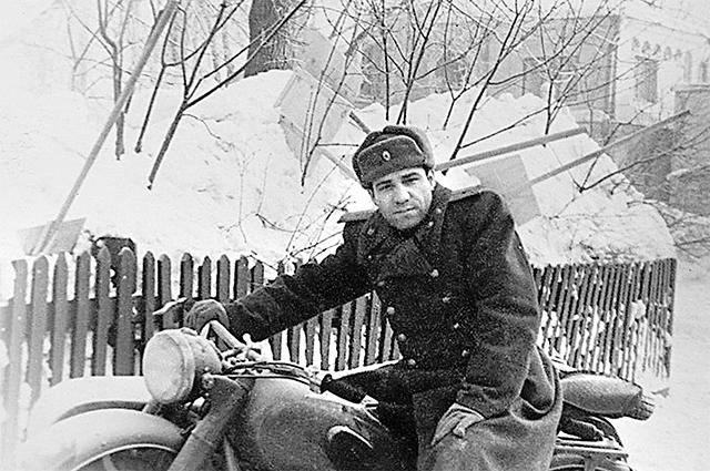Старший лейтенант Экимян, начальникКрасностроительскогоотделения милицииМосковской области.