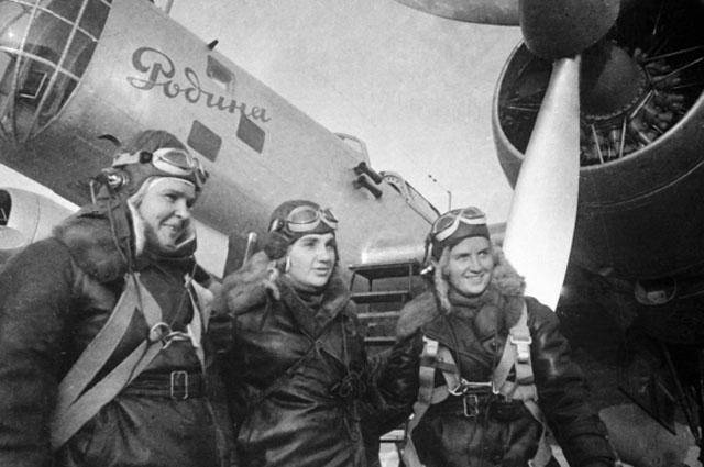 Летчицы Осипенко (слева), Гризодубова (в центре) и Раскова (справа) перед полетом.