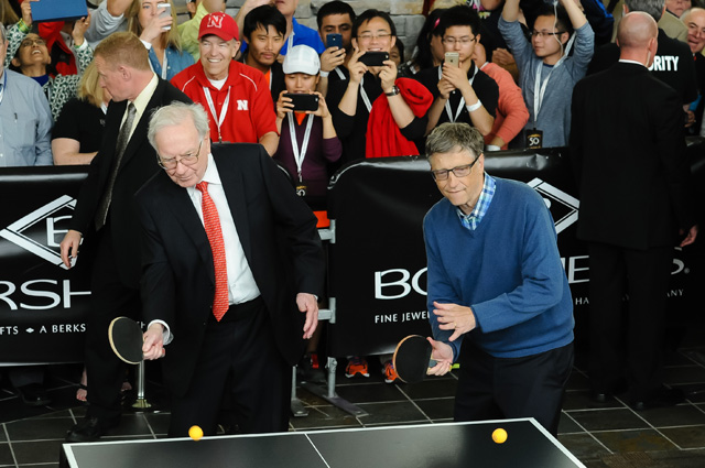Уоррен Баффет и Билл Гейтс играют в настольный теннис.