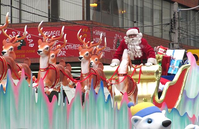 В отличие от русского Деда Мороза - у американского Санты в хозяйстве есть восемь оленей.