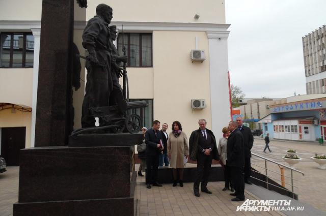 У памятника защитникам Тулы.