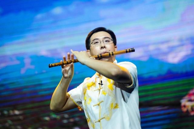 Флейтист Ван Синьюй очаровал зрителей виртуозной игрой.