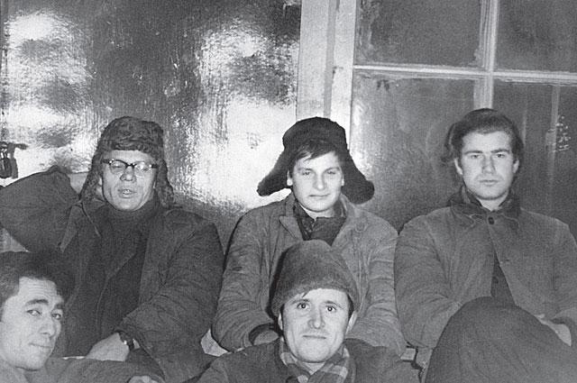 В период работы грузчиком (А. Шилов - крайний справа)