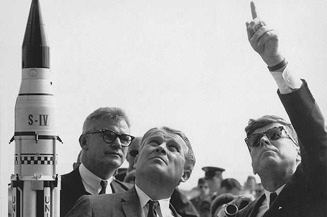 Вернер фон Браун и президент США Джон Кеннеди.