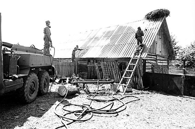 Радиоактивную пыль с крыш и стен домов после аварии смывали дезактивирующим раствором.
