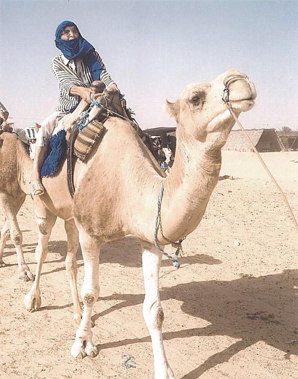 Пустыня Сахара. В 77 лет она впервые села на верблюда.