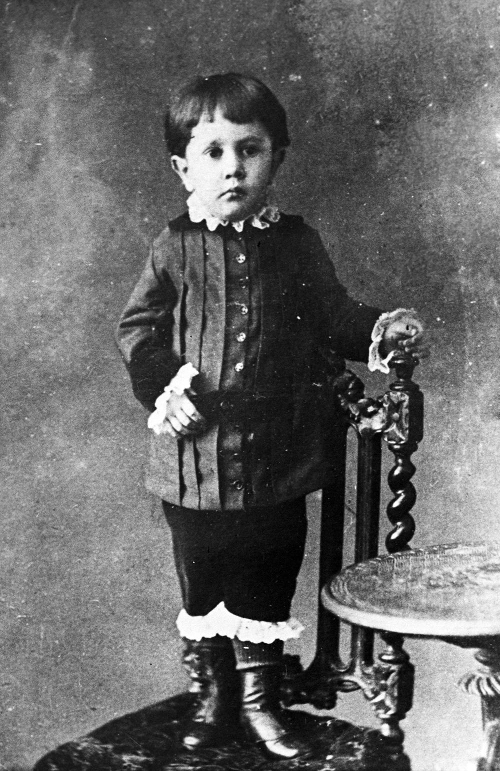Репродукция фотографии писателя Алексея Николаевича Толстого в детском возрасте, 1880 год. Оригинал в Государственном Литературном музее.