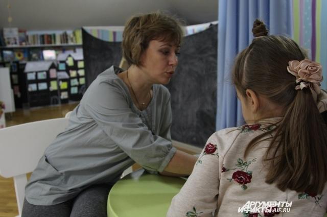 Елена Богер занимается с детьми русским языком в игровой форме.